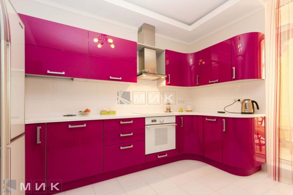 Дизайны малиновых кухонь