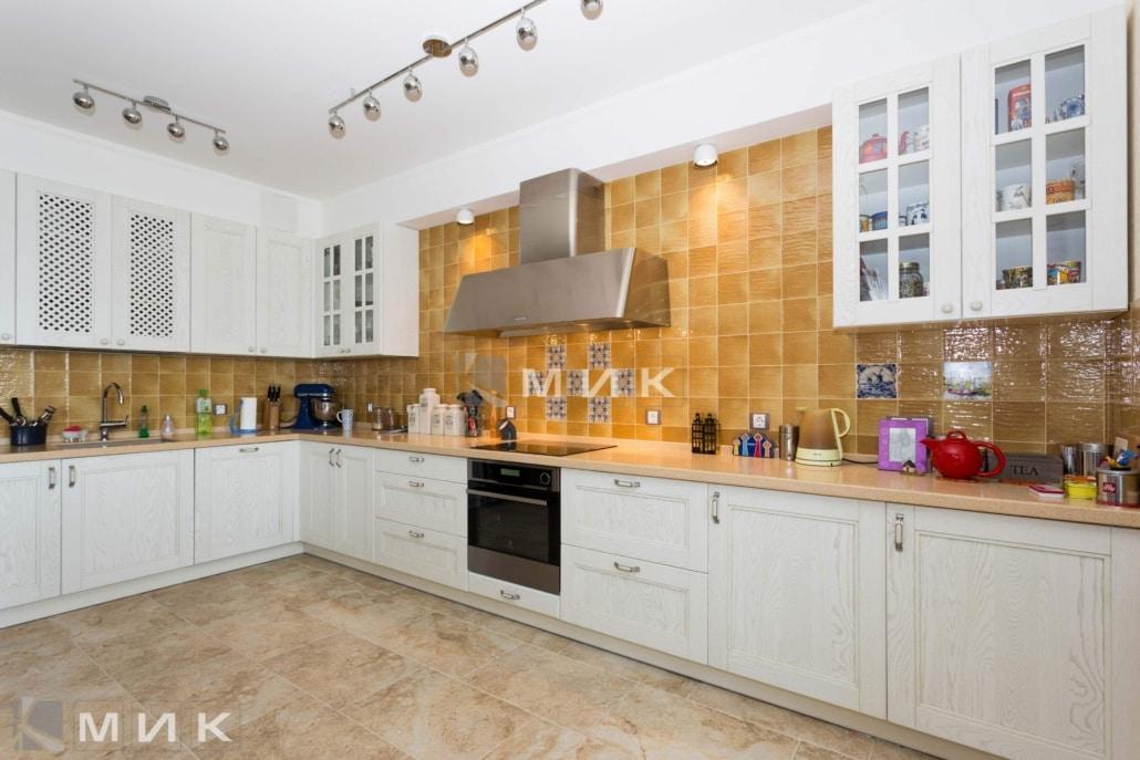Кухня-студия-в-классическом-стиле-4012