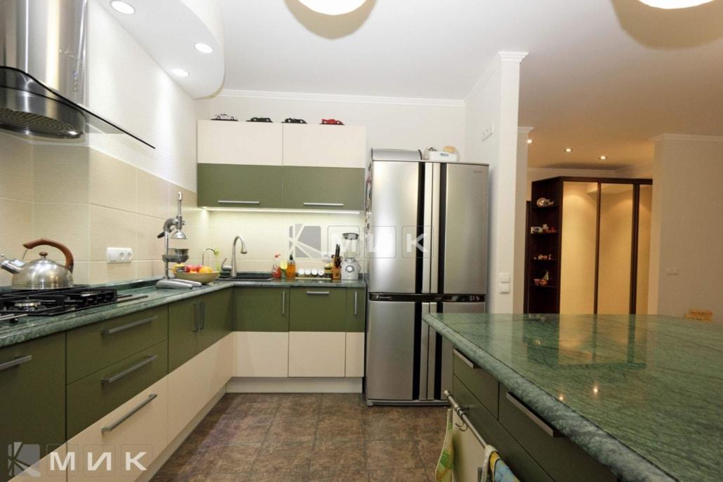 Кухня-студия-в-цвете-хаки-4023