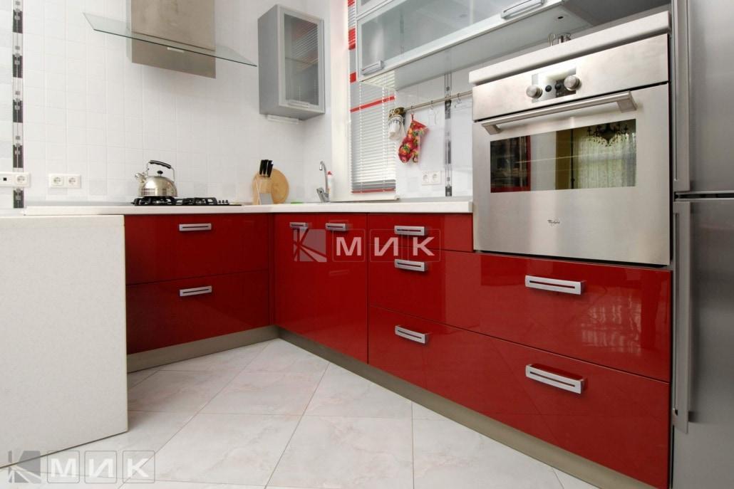 Кухня-студия-в-красном-цвете-4033