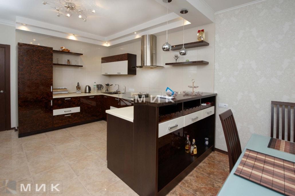 Кухня-студия-коричнево-белая-4076