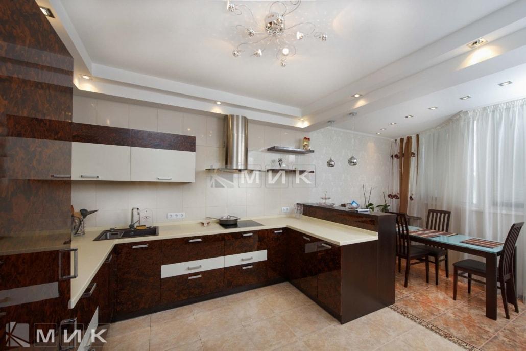 Кухня-студия-коричнево-белая-4077