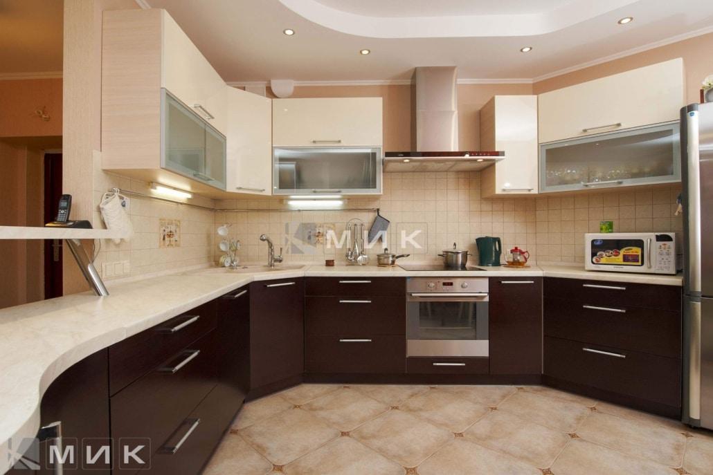 Кухня-студия-коричнево-белом-цвете-4080