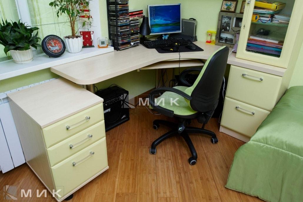 салатовый-компьютерной-стол-на-фото-108