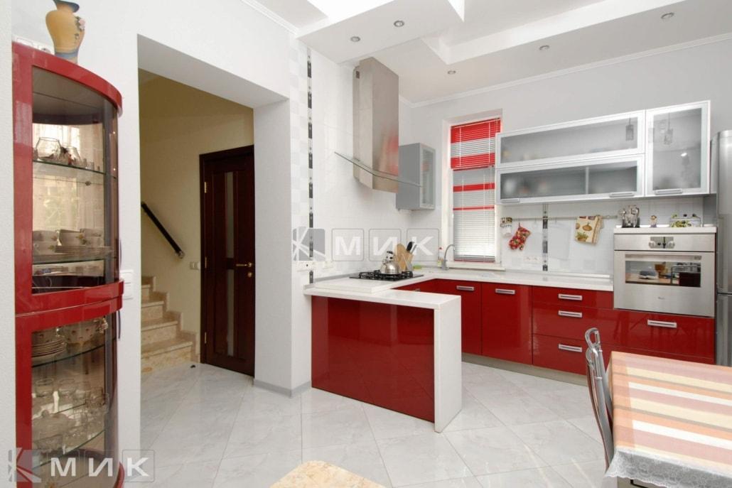 Кухня-студия-в-красном-цвете-4031