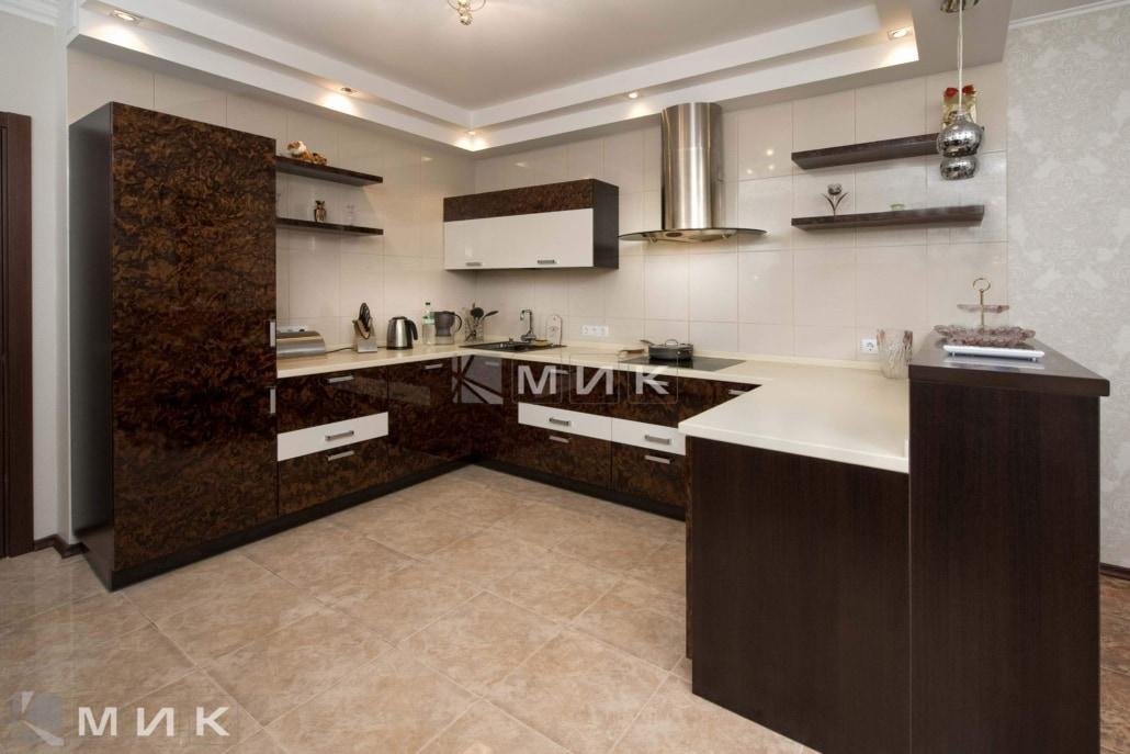 Кухня-студия-коричнево-белая-4075
