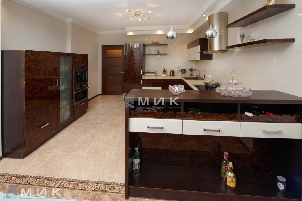 Кухня-студия-коричнево-белая-4078