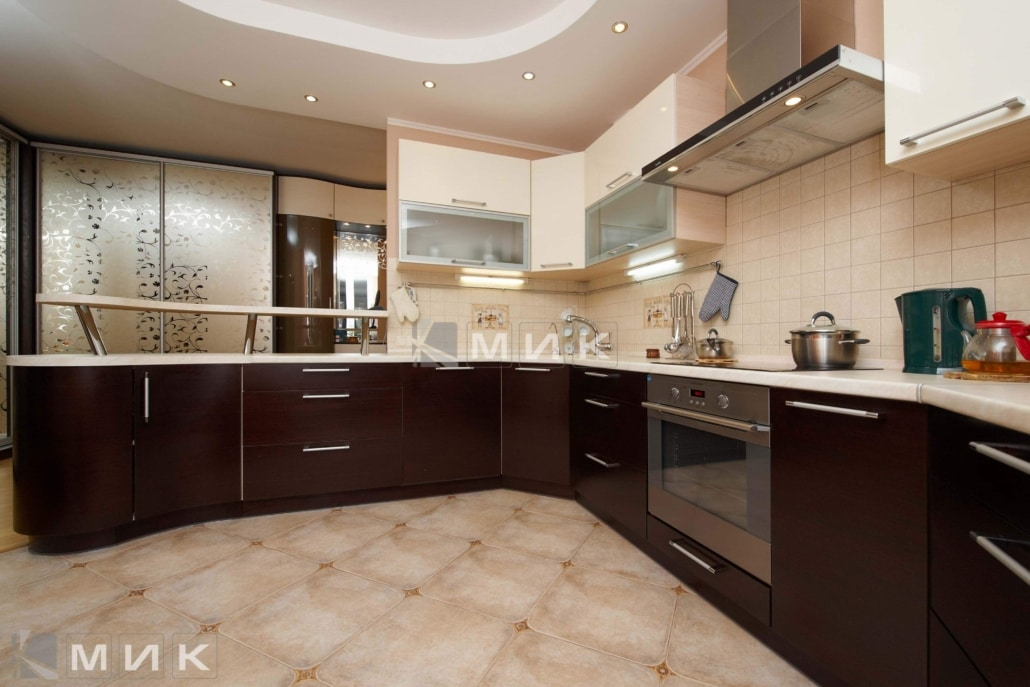 Кухня-студия-в-коричнево-белом-цвете-4081