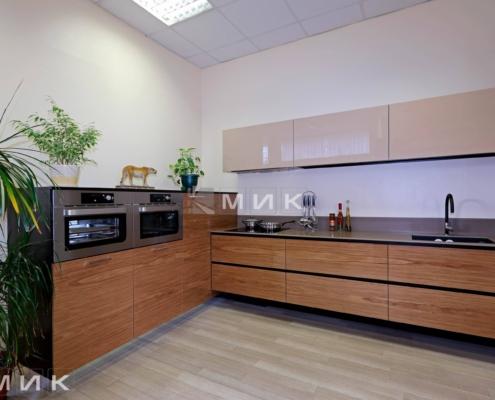На-фото-Кухня-на-заказ-с-фасадом-шпон-коричневый