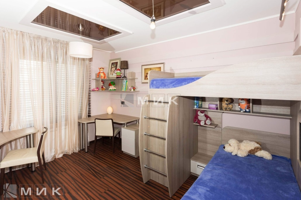 двухъярусная-кровать-с-металлической-лестницей-и-стол-134