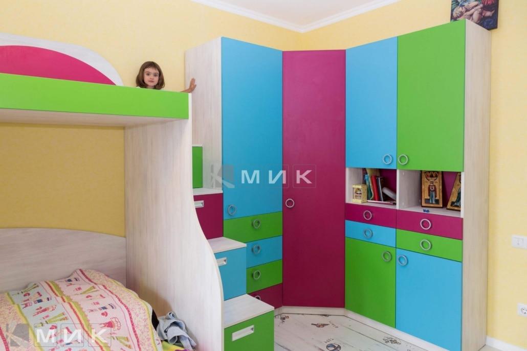 угловой-шкаф-в-детскую-цветной-139