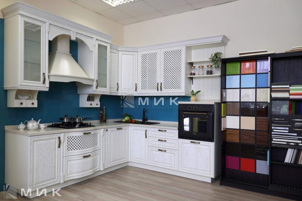 классические-кухни-из-дерева-белая-3018
