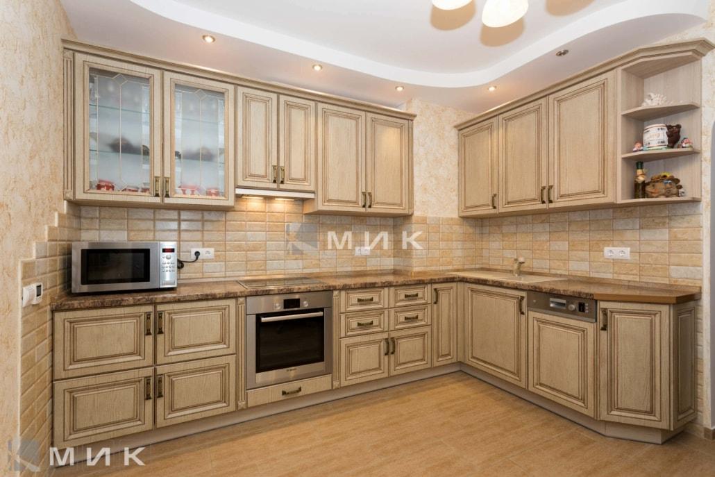 классическая-кухня-из-дерева-бежевого-цвета-3035