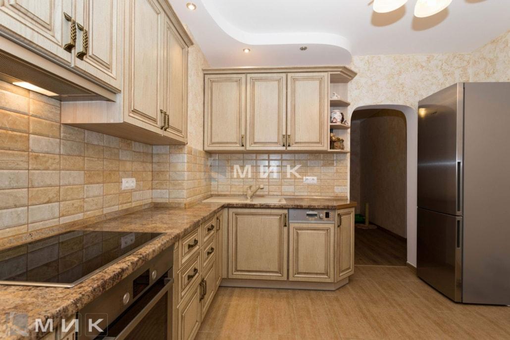 классическая-кухня-из-дерева-бежевого-цвета-3036