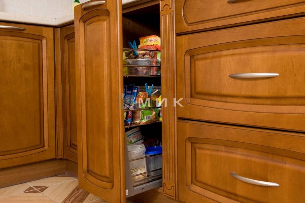 выдвижной-шкаф-в-классическую-кухню-3046