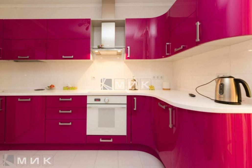 красивая-кухня-гнутая-в-малиновом-цвете-7002