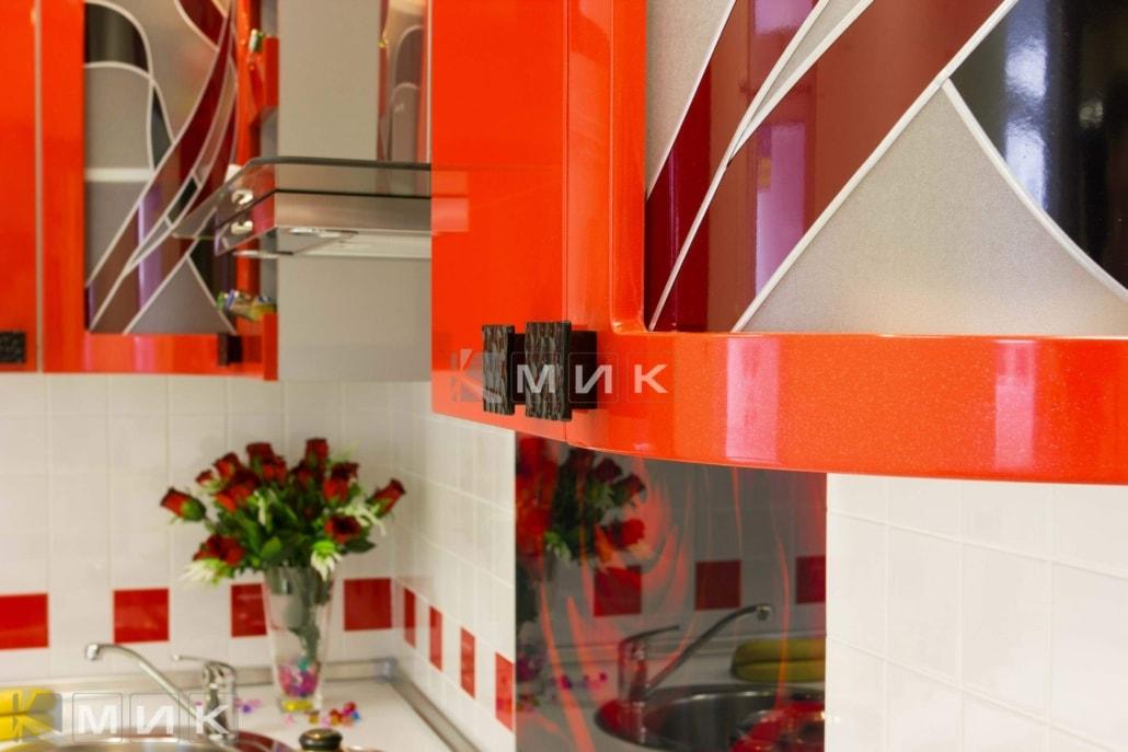 красивая-кухня-гнутая-в-красном-цвете-7008