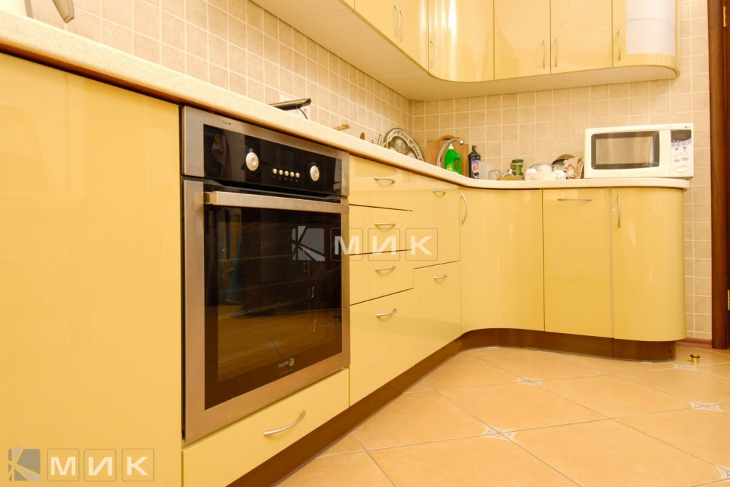 красивая-гнутая-кухня-в-желтом-цвете-7036