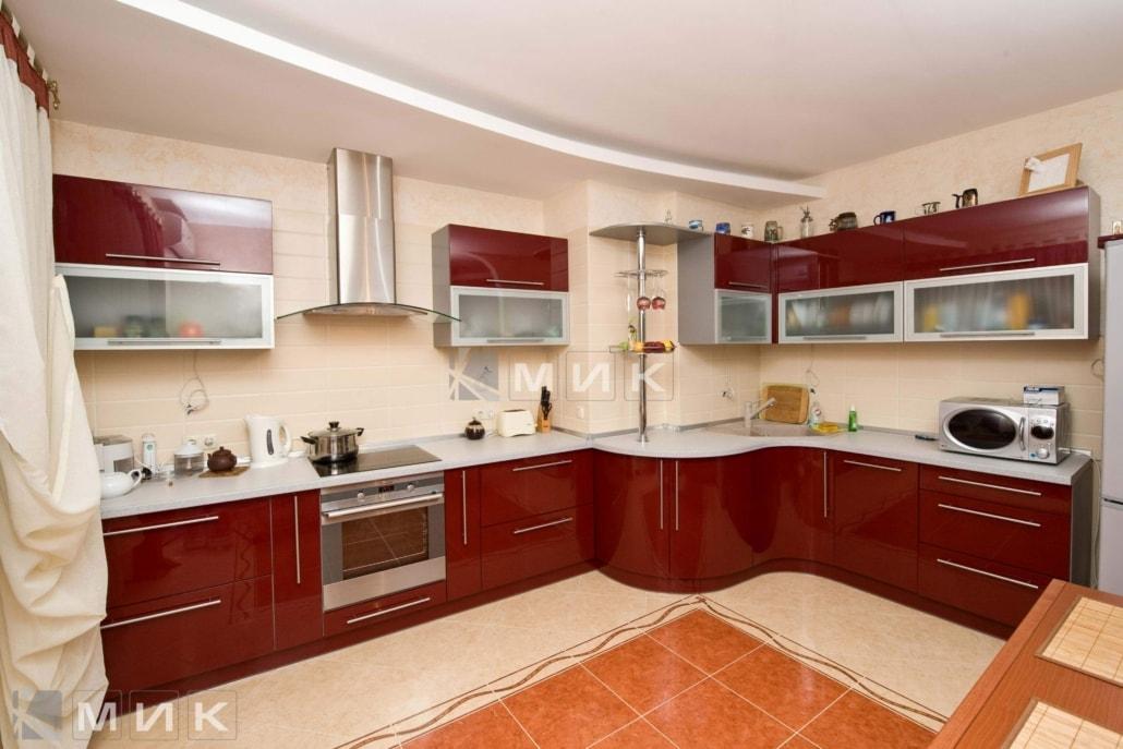 красивая-гнутая-кухня-цвет-красное-вино-7047