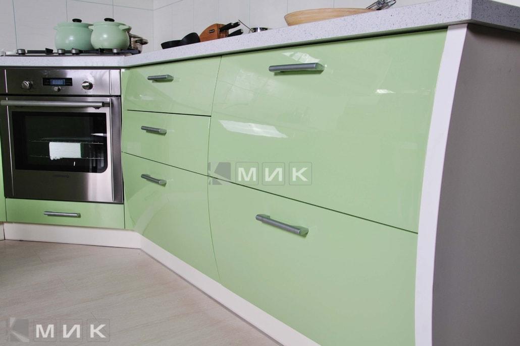 красивая-кухня-гнутая-в-зеленом-цвете-7056