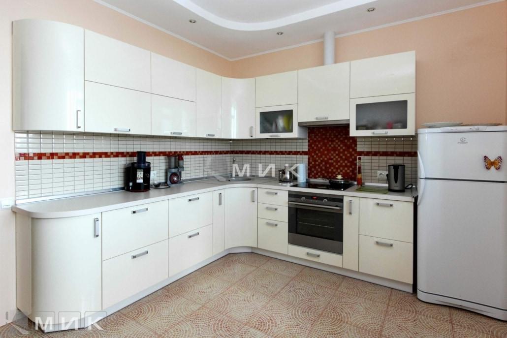 красивая-кухня-гнутая-белого-цвета-7061
