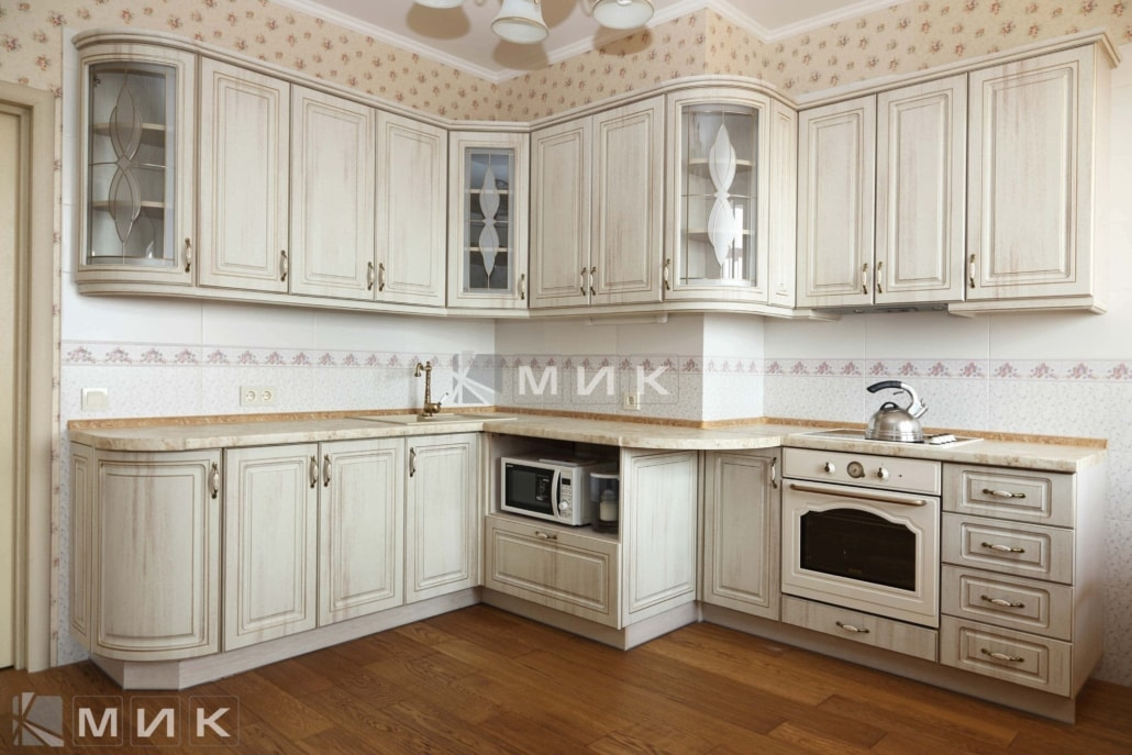 красивая-белая-кухня-гнутая-в-классическом-стиле-7063