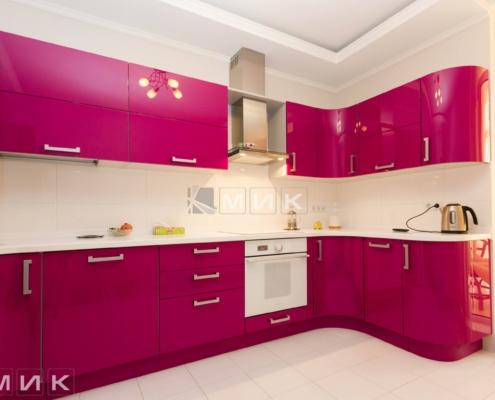 кухня-на-заказ-с-гнутыми-фасадами-малинового-цвета