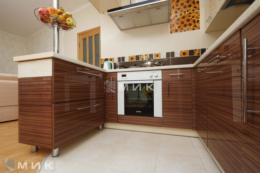 маленькая-кухня-с-встроенным-духовым-шкафом-5022