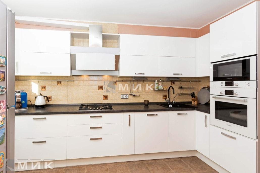 кухня-с-белыми-фасадами-2090