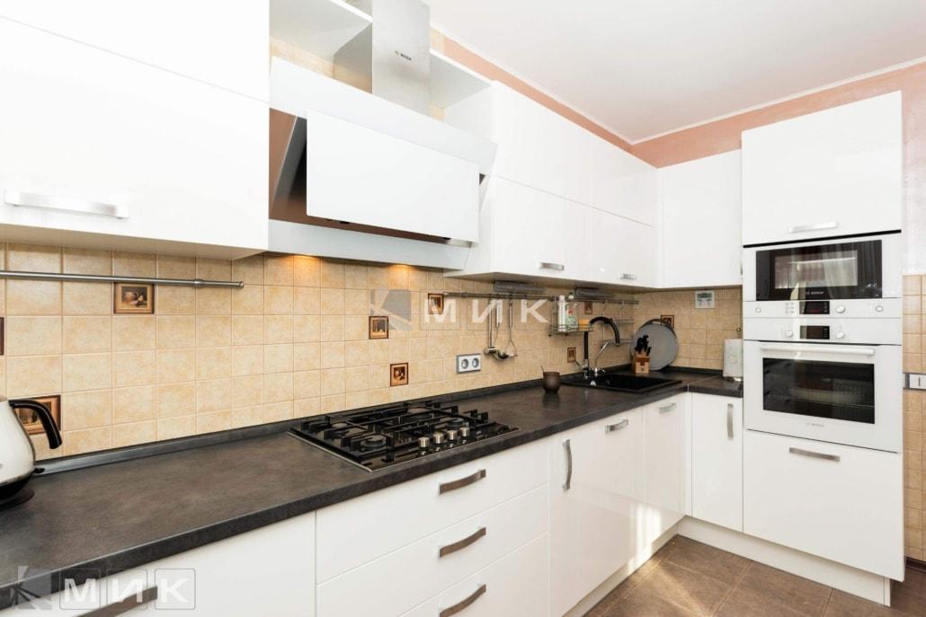 кухня-с-белыми-фасадами-от-MIK-2091