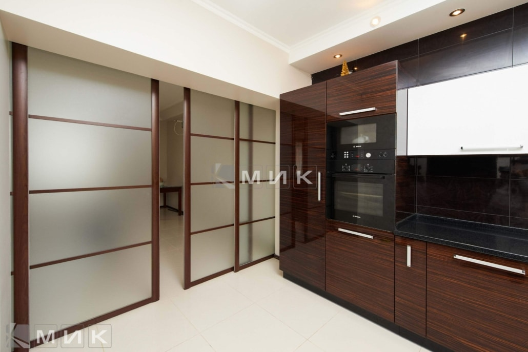 кухня-из-коричневого-шпона-на-фото-2164