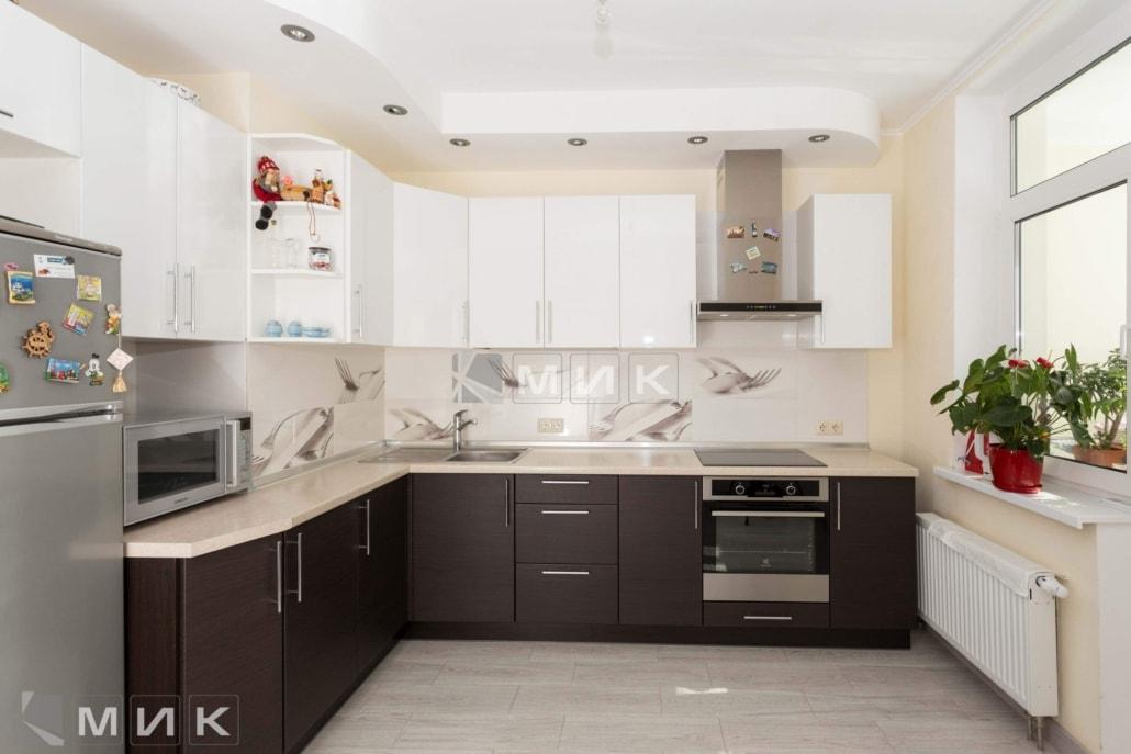 коричнево-белая-угловая-кухня-на-фото-5003