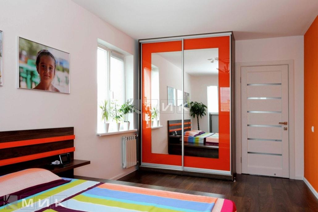 фото-шкаф-купе-в-спальню-с-оранжевым-декором-106