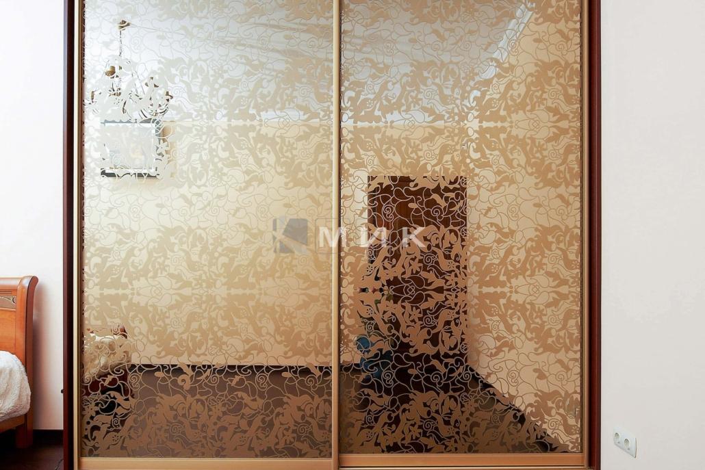 шкаф-купе-в-спальню-с-рисунком-пескоструем-131