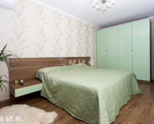 Кровать и шкаф в спальню зеленого цвета
