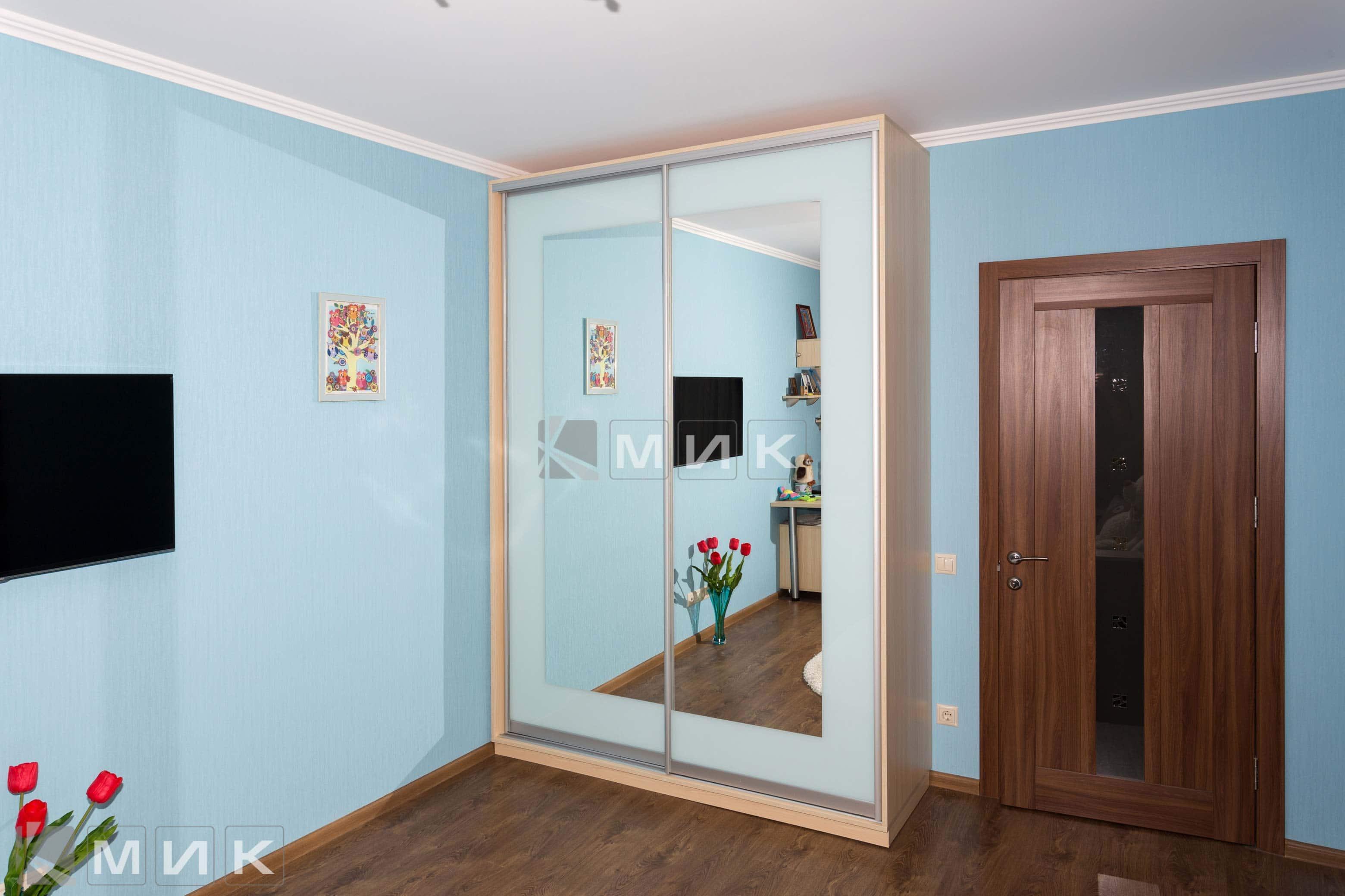 Шкаф купе с голубой покраской зеркала