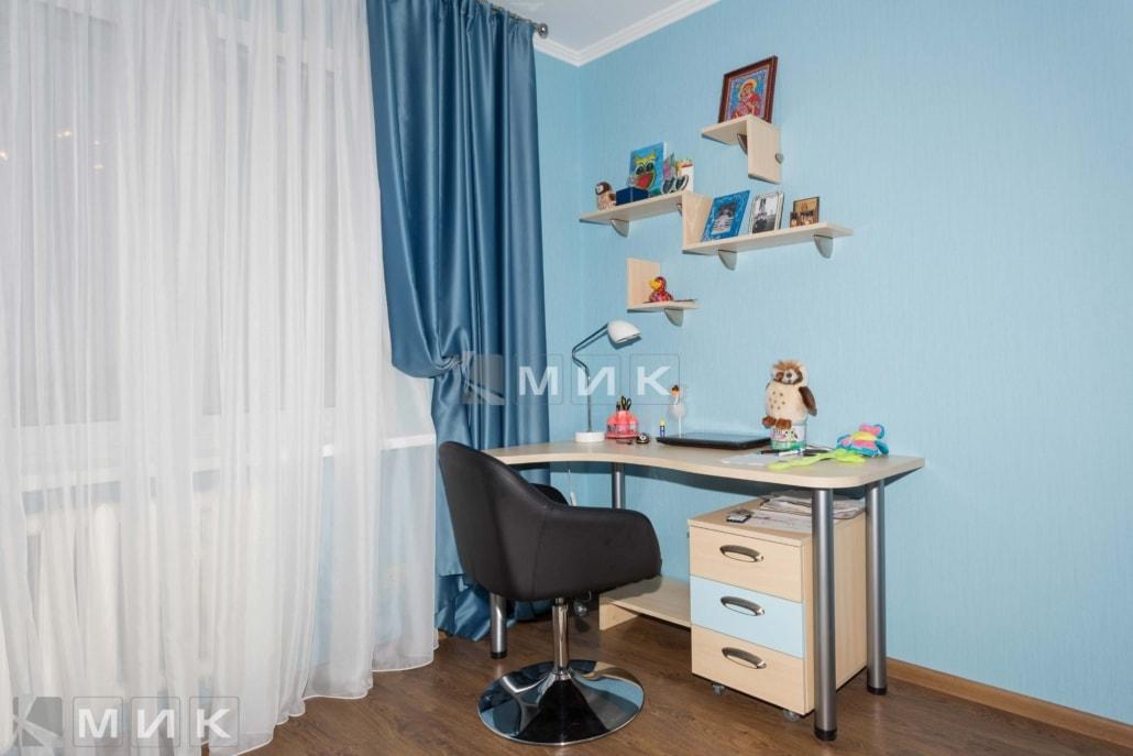 Стол и навесные полки в подростковую на фото