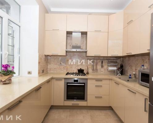 П-образная-бежевая-кухня-столешница-под-окно-(Белогородка)-1002