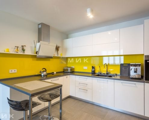 Кухня-МДФ-с-желтым-стеклом-1000