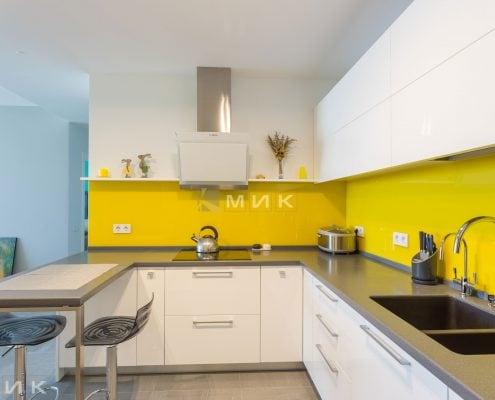 Кухня-МДФ-с-желтым-стеклом-1002