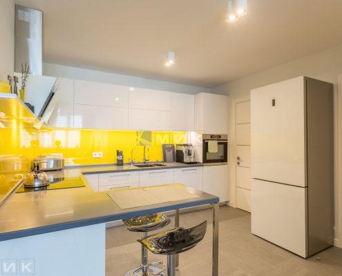 Кухня-МДФ-с-желтым-стеклом-1003