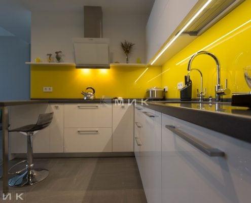 Кухня-МДФ-с-желтым-стеклом-1004
