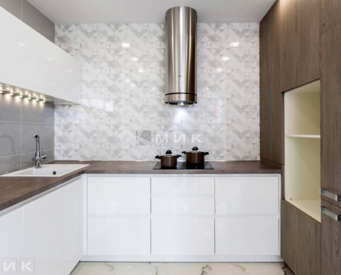 Кухня-белая-п-образная-пчелки_8-1005