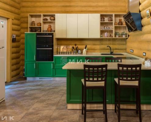Кухня-зеленая-в-деревянном-доме-1000