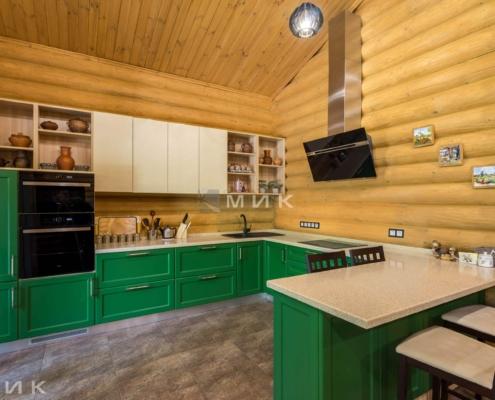 Кухня-зеленая-в-деревянном-доме-1001