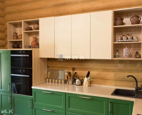 Кухня-зеленая-в-деревянном-доме-1005