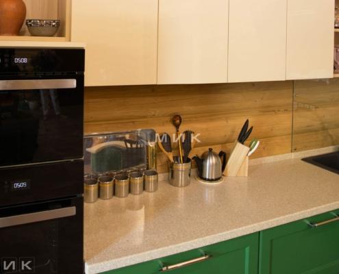 Кухня-зеленая-в-деревянном-доме-1007