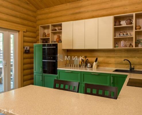 Кухня-зеленая-в-деревянном-доме-1009