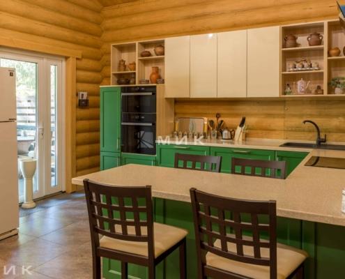 Кухня-зеленая-в-деревянном-доме-1011