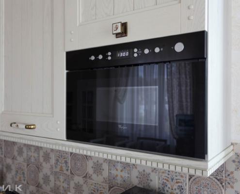 Кухня-классика-Встроенная микроволновка Whirlpool-черная-1035